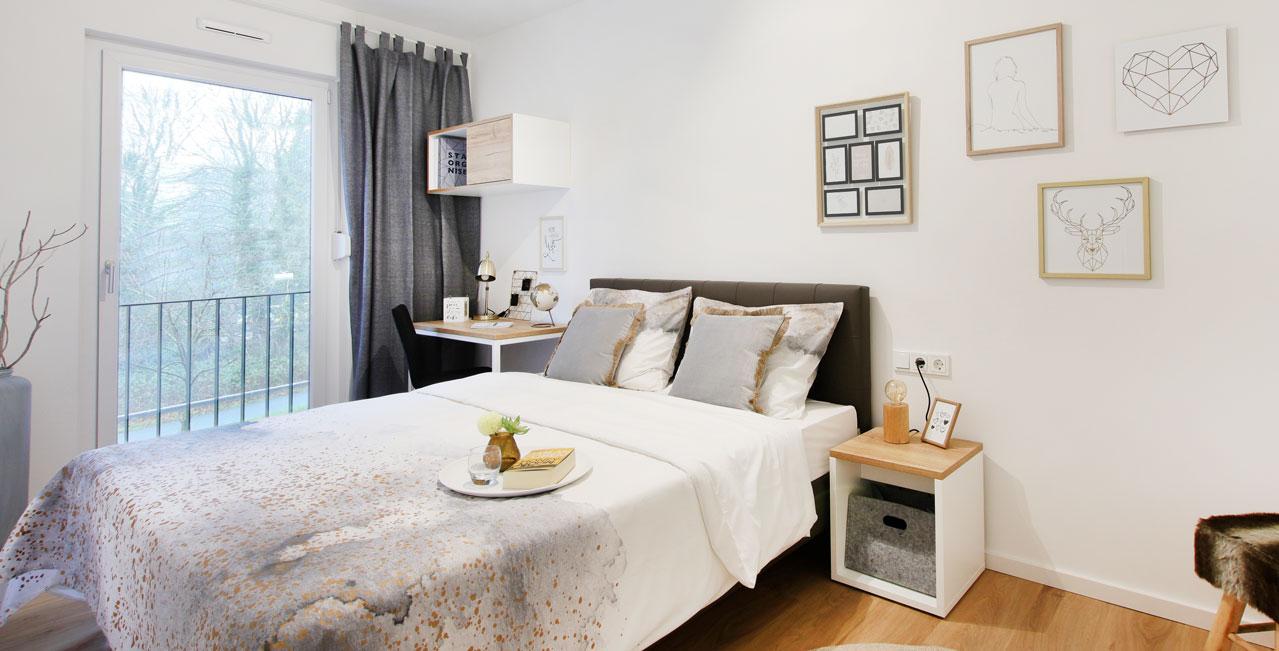 Die hellen 2-Zimmer-Wohnungen der Kategorie Large haben ein separates Schlafzimmer mit Doppelbett und Arbeitsplatz, viele auch einen Balkon.