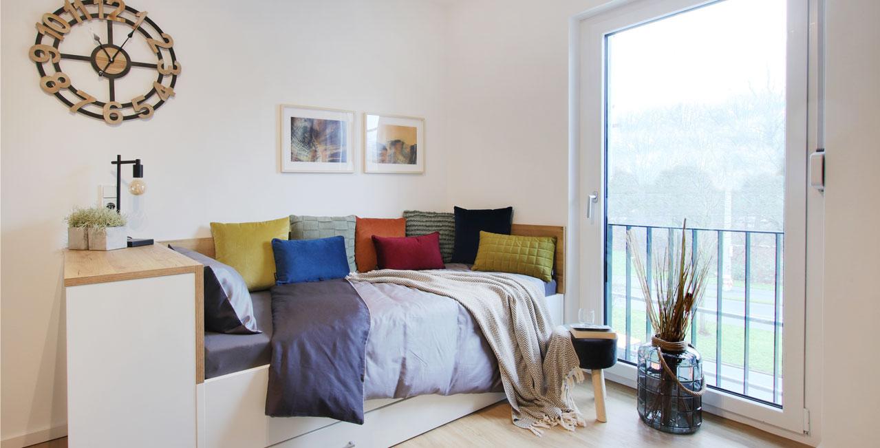 Mit Sofakissen in wohnlichen Farben wird das Bett schnell zum Sofa.
